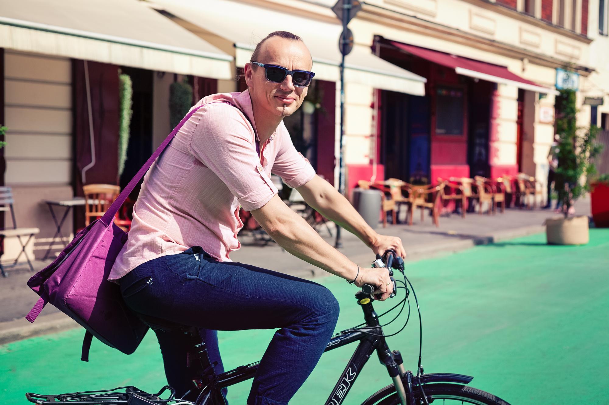 Przemierza swój rodzinny Kraków na rowerze.