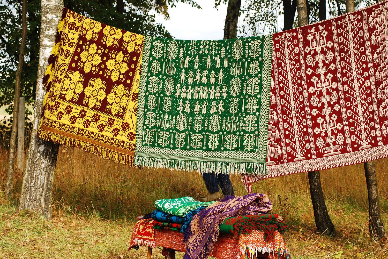 Barwne tkaniny z Janowa. Fotografia udostępniona dzięki uprzejmości Izumi Fujita.