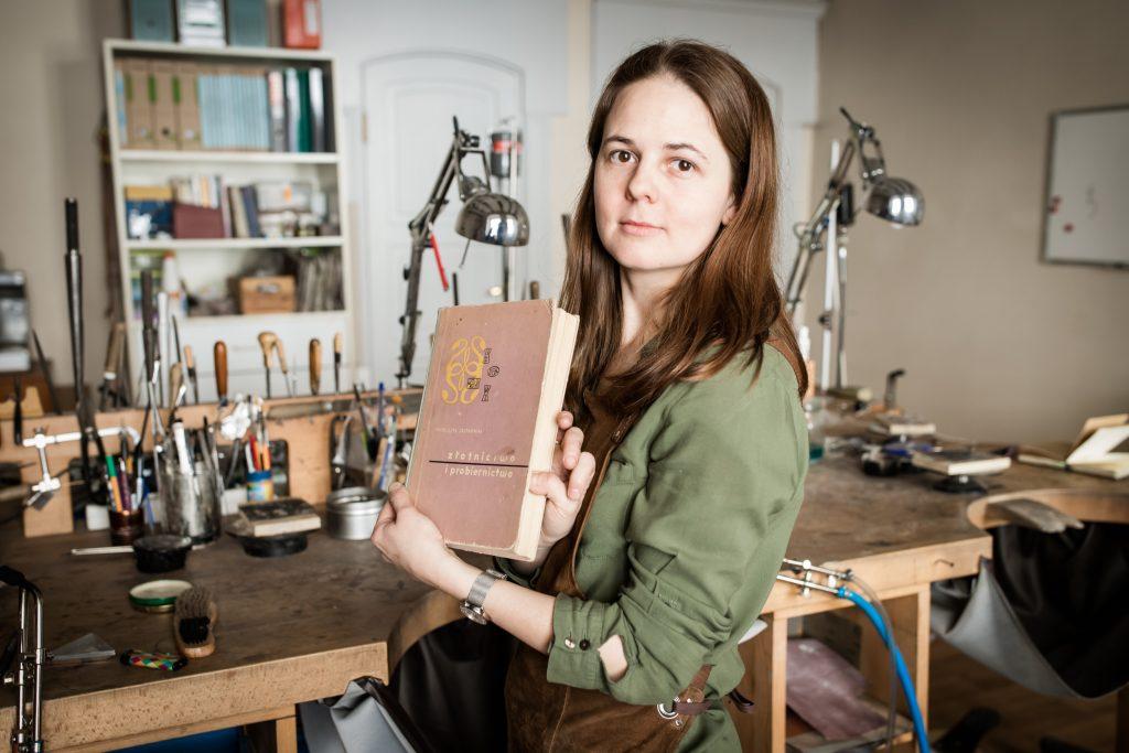 """""""Złotnictwo i probiernictwo"""" Franciszka Zastawniaka to książka, z której Magda wiele razy korzystała i nadal korzysta."""