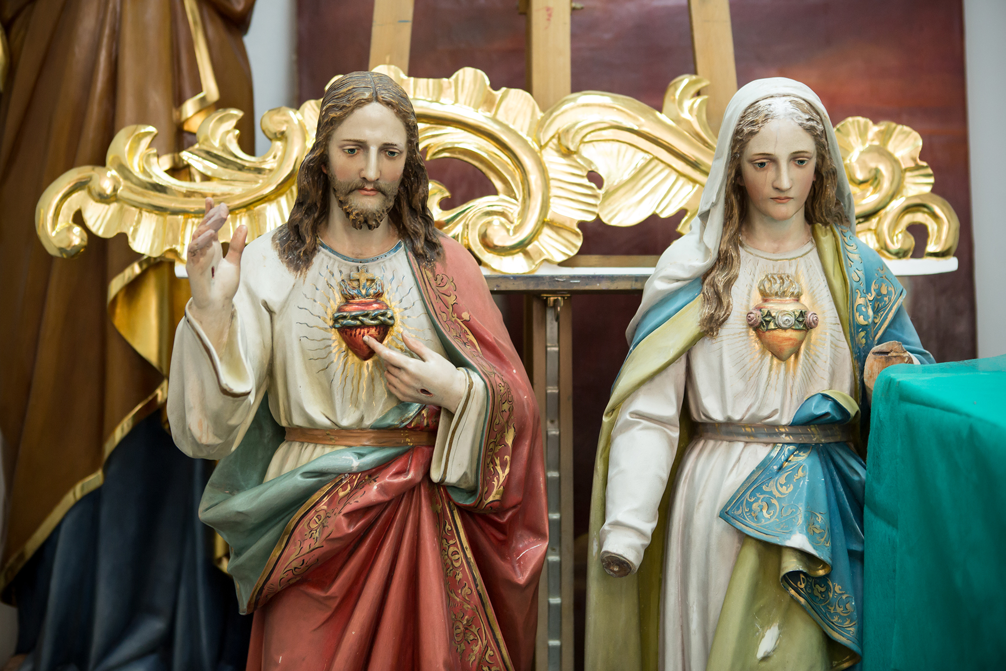 Figures of Jesus Christ and Holy Mary for renovating.