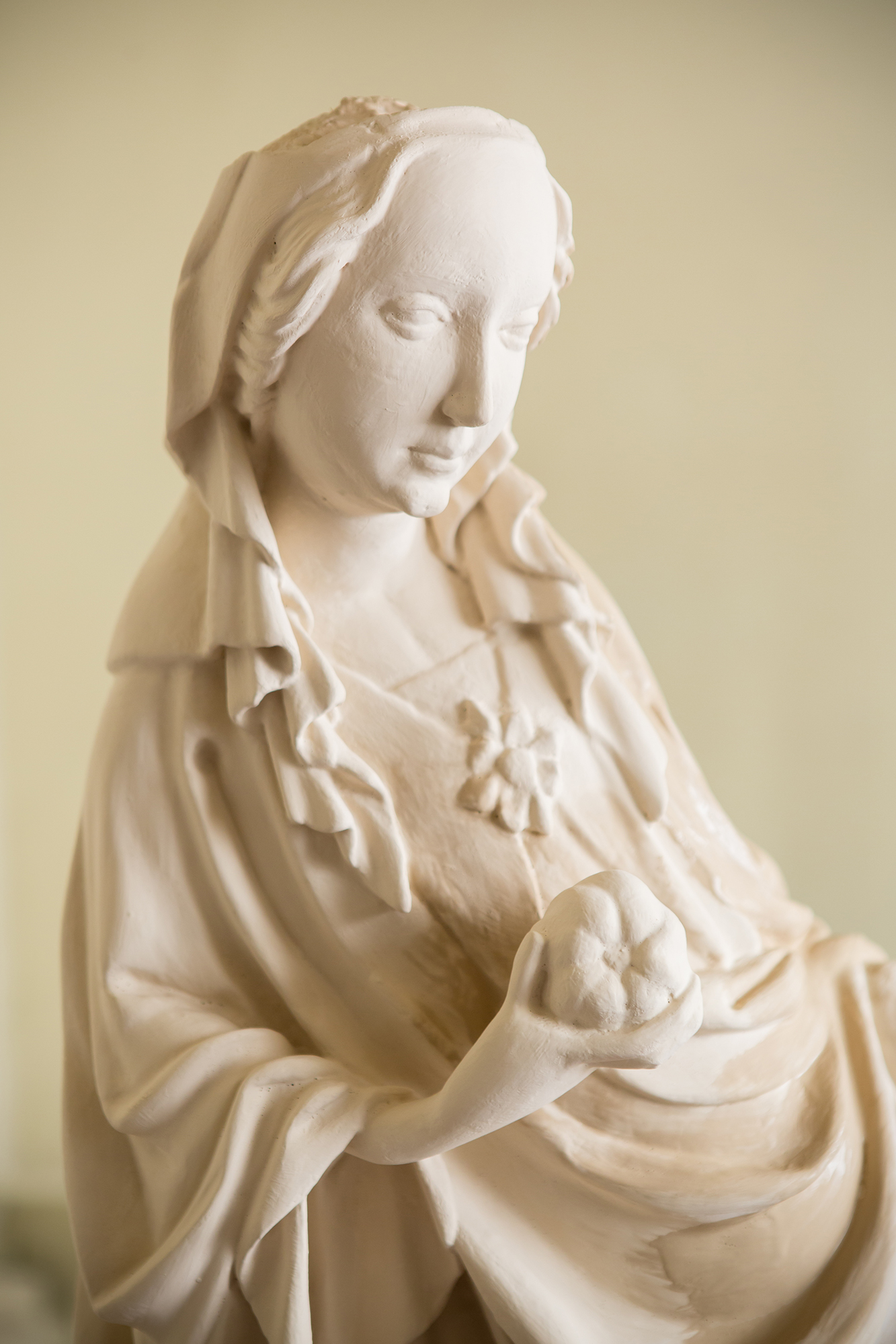 Close-up on the figure of Our Lady.
