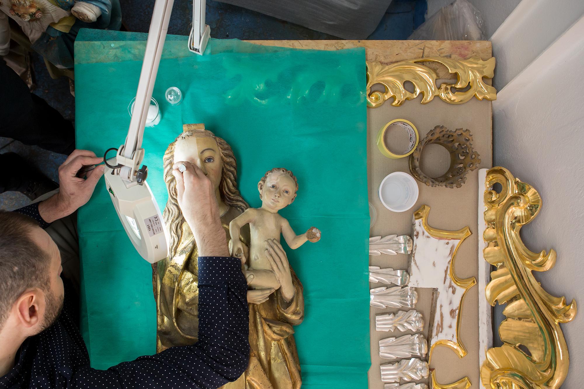 Prace konserwatorskie przy figurze Matki Bożej z Wilkanowa datowanej na 1510 r.
