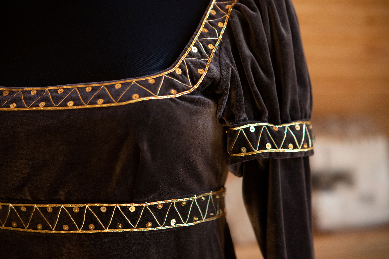Precyzyjnie wykonane hafty na aksamitnej sukni.