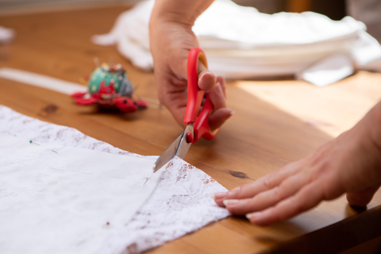 Najtrudniejszy etap - krojenie tkaniny.