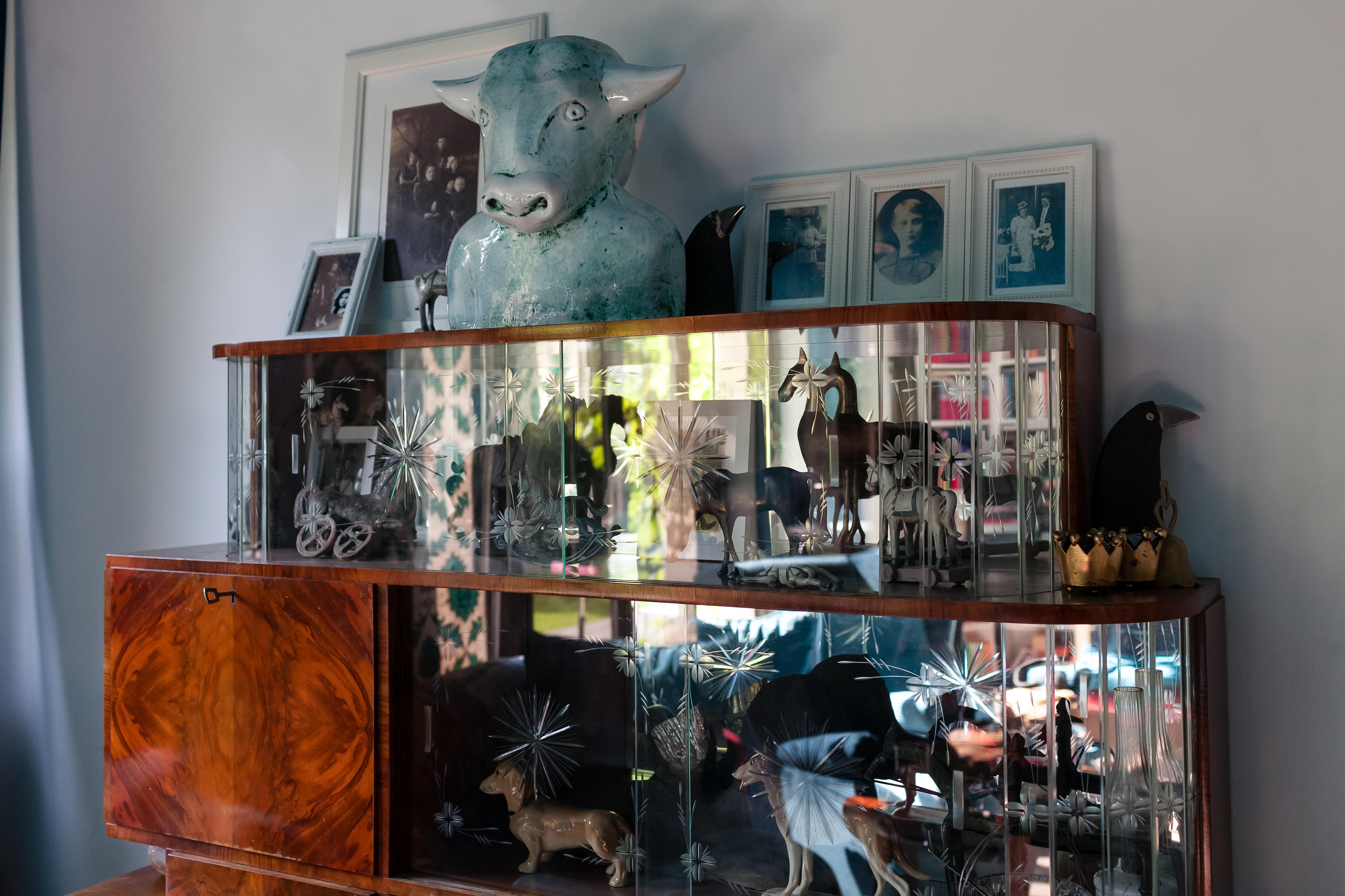 Piękny kredens w stylu Art Deco, który stanowi wystrój wnętrza domu Artystki.
