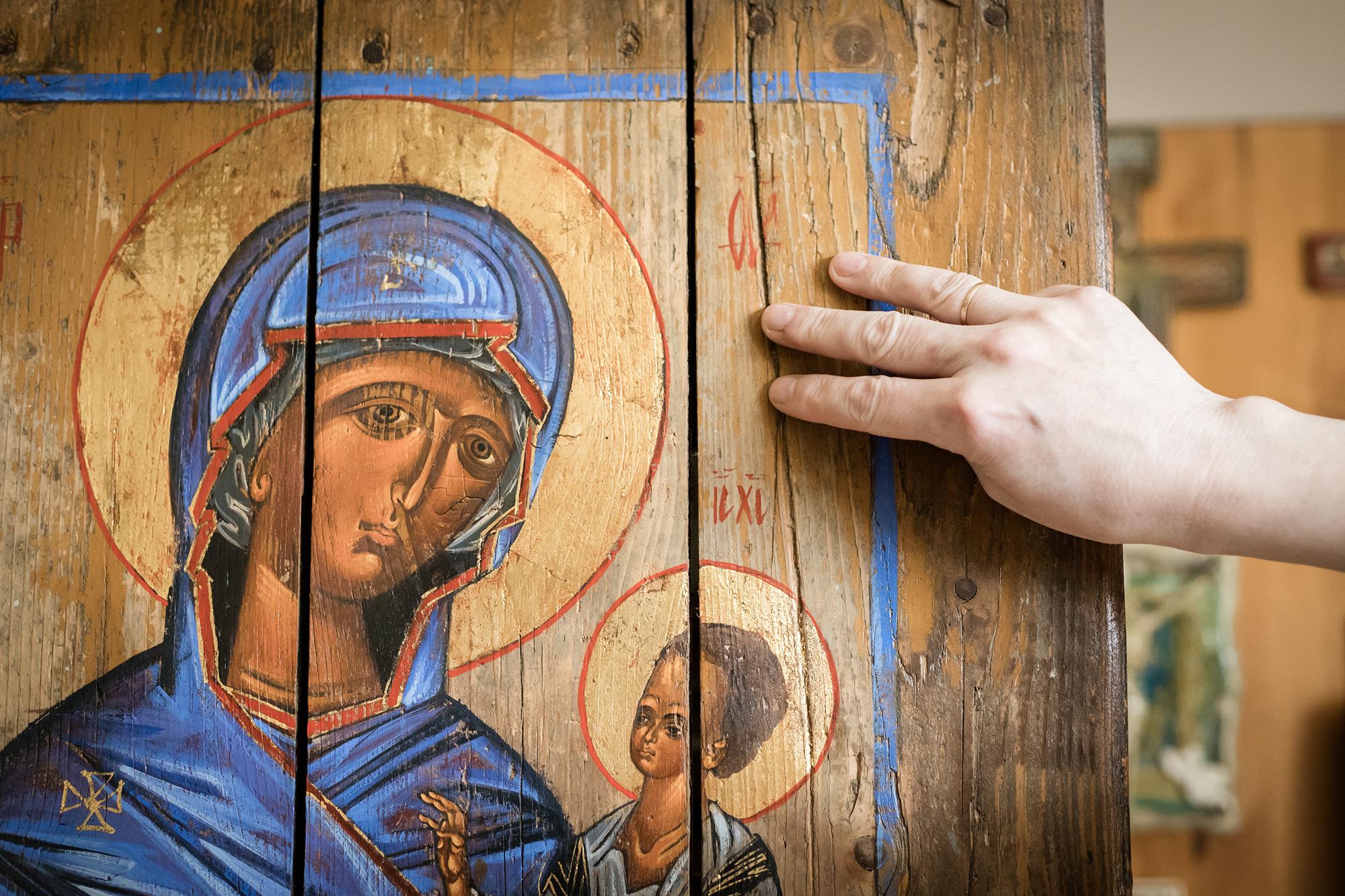 Drewniany podkład dla ikony może być niedoskonały.