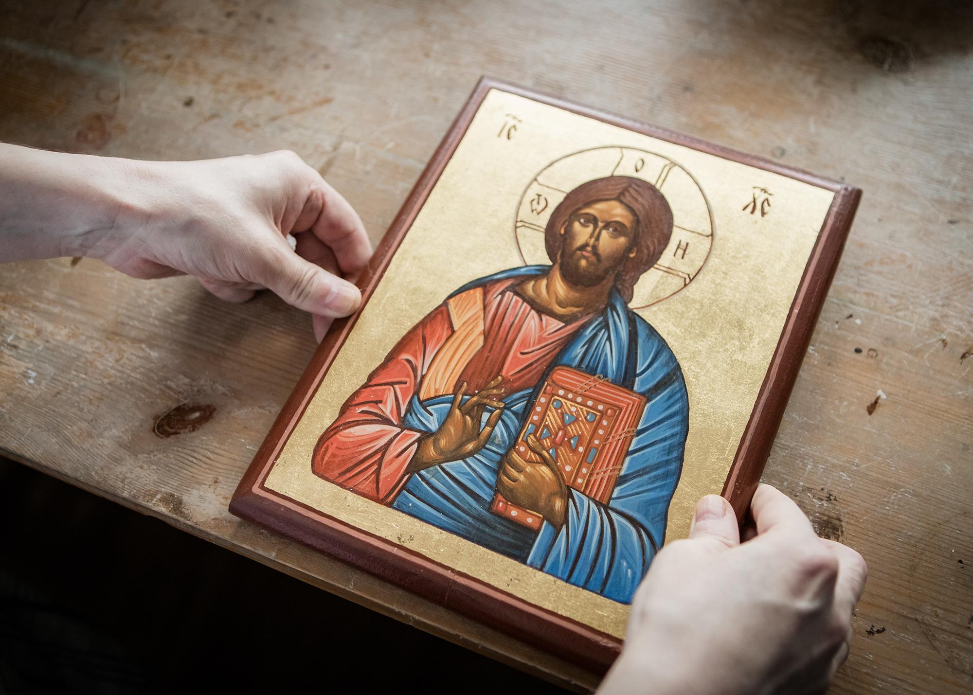 Chrystus Pantokrator z księgą i palcami prawej ręki ułożonymi w monogram ICXC.