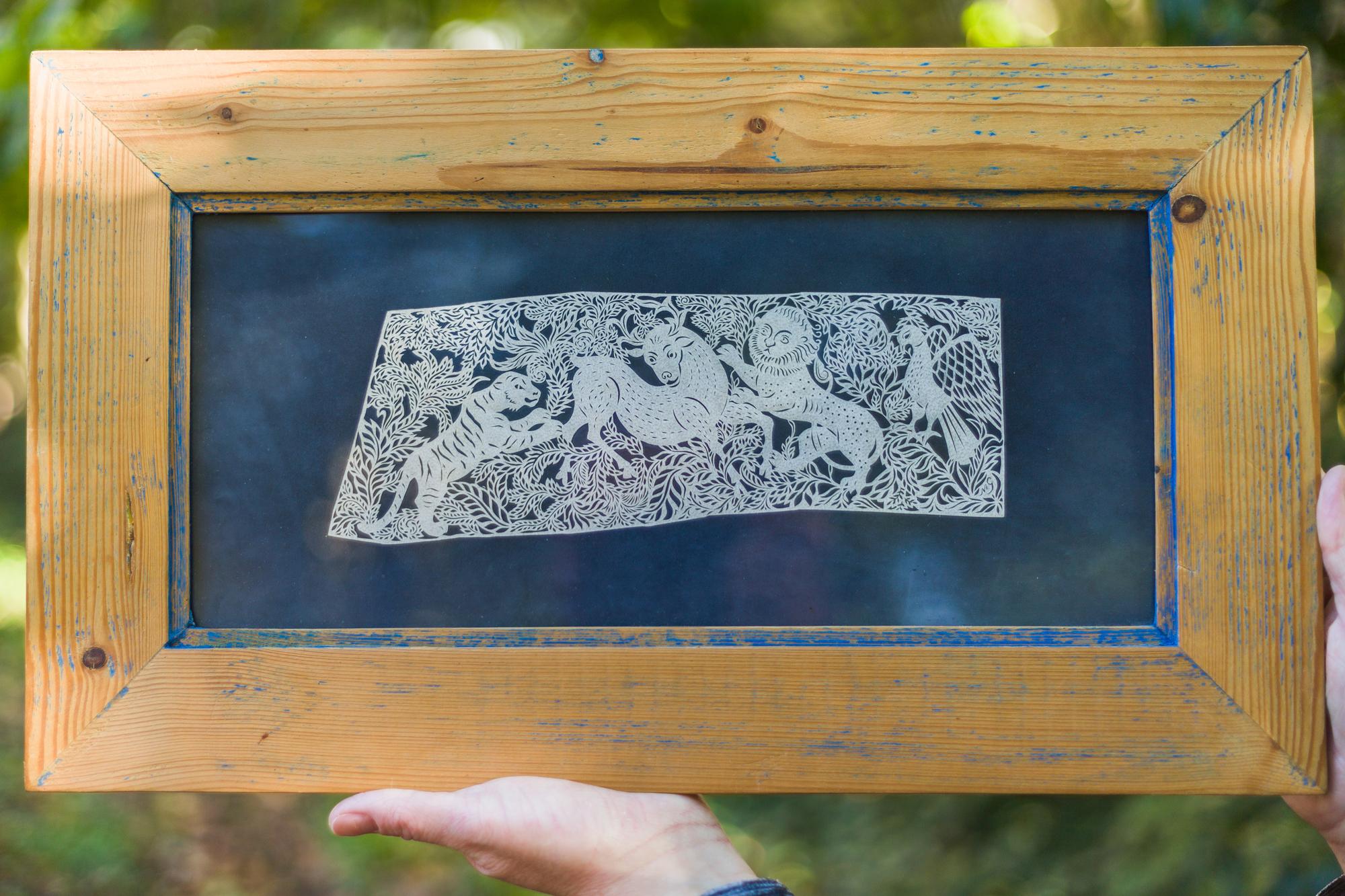 Wycinanka wykonana w pergaminie (skórze zwierzęcej), materiale trudnym do opracowania.
