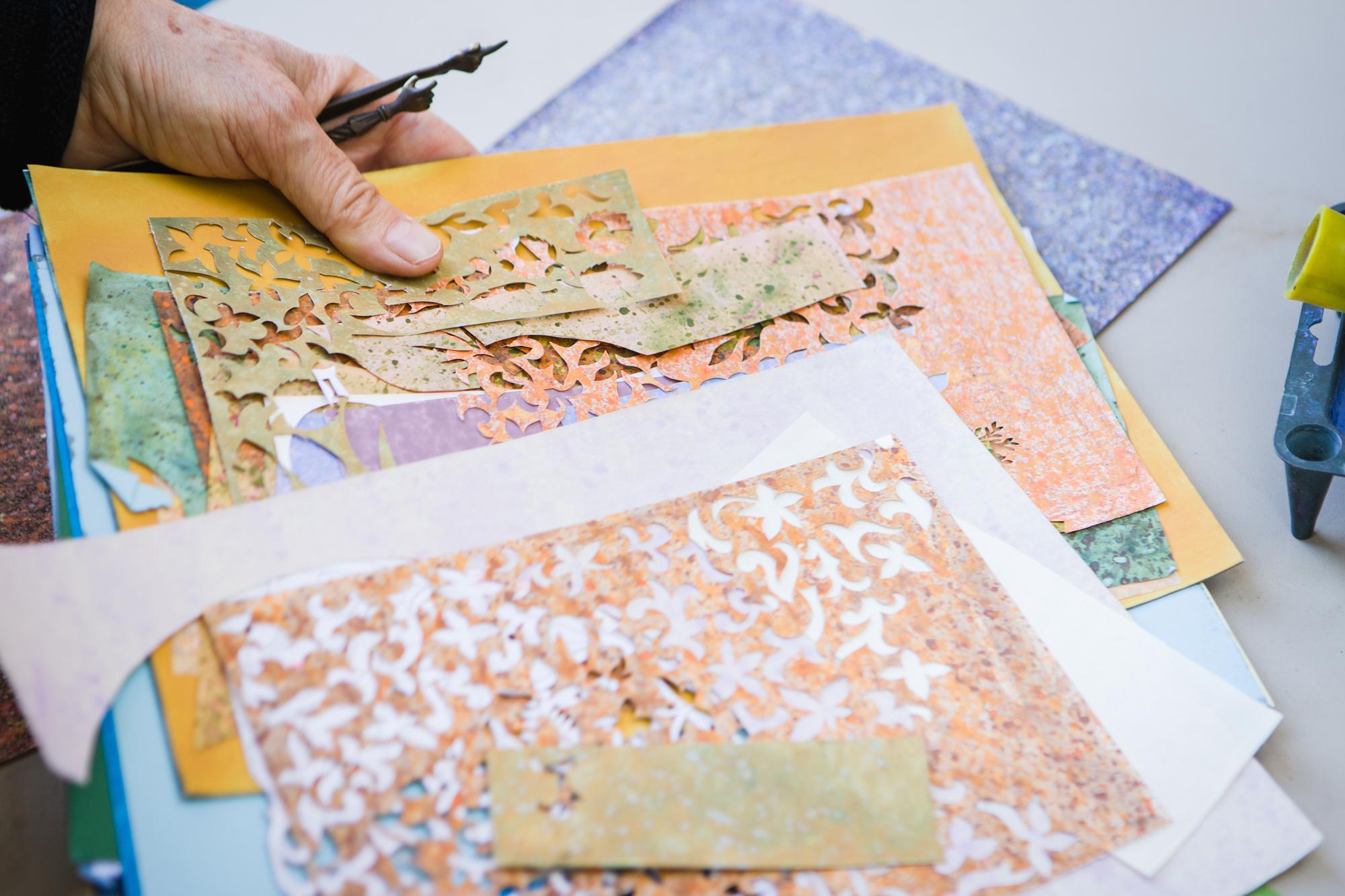 Kolorowe papiery i ścinki.