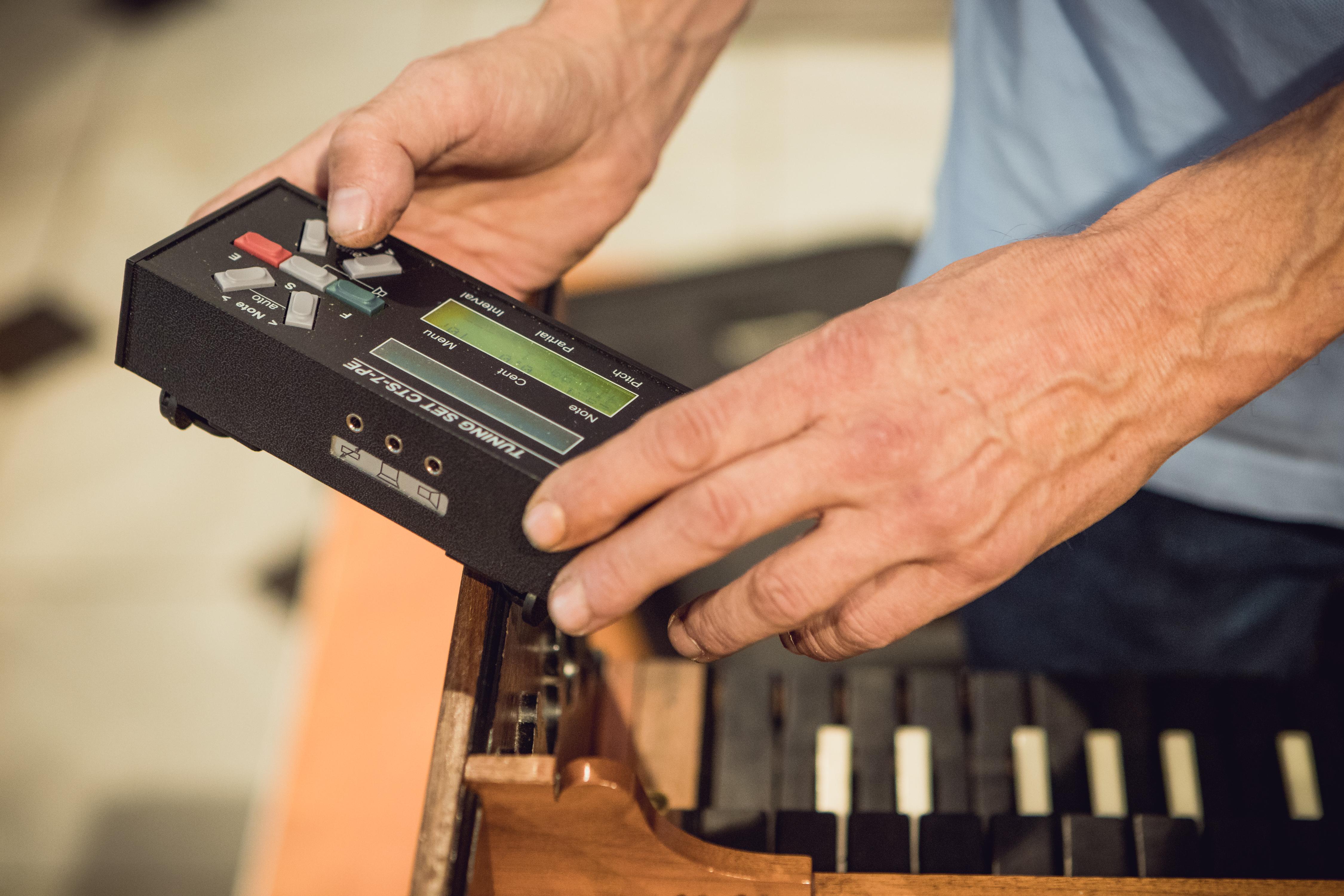 Przyrząd do badania jakości dźwięku podczas strojenia.