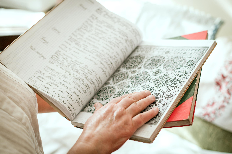 Zeszyt w którym znajdują się cenne notatki i wzorniki.