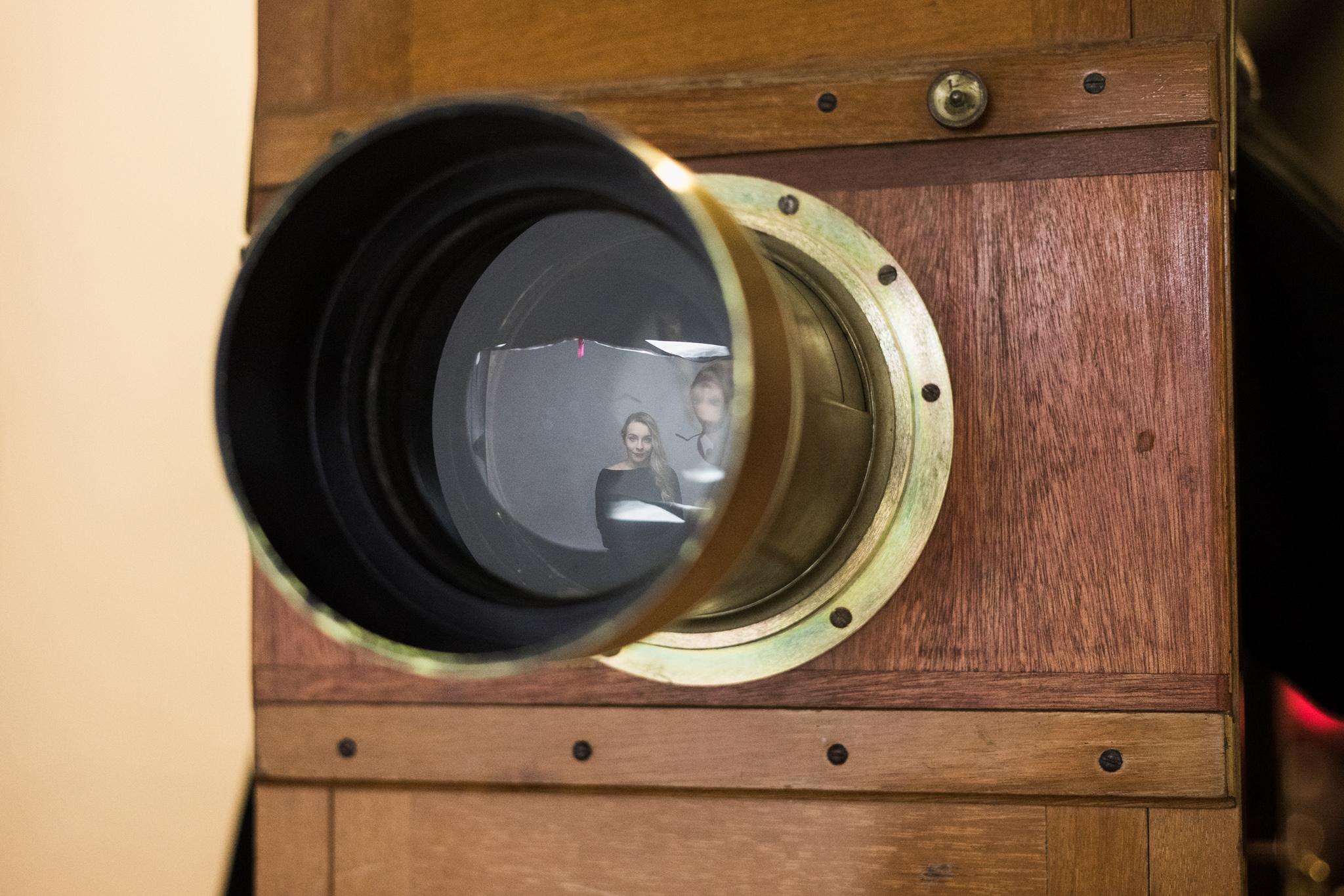 Obiektyw starego aparatu fotograficznego.