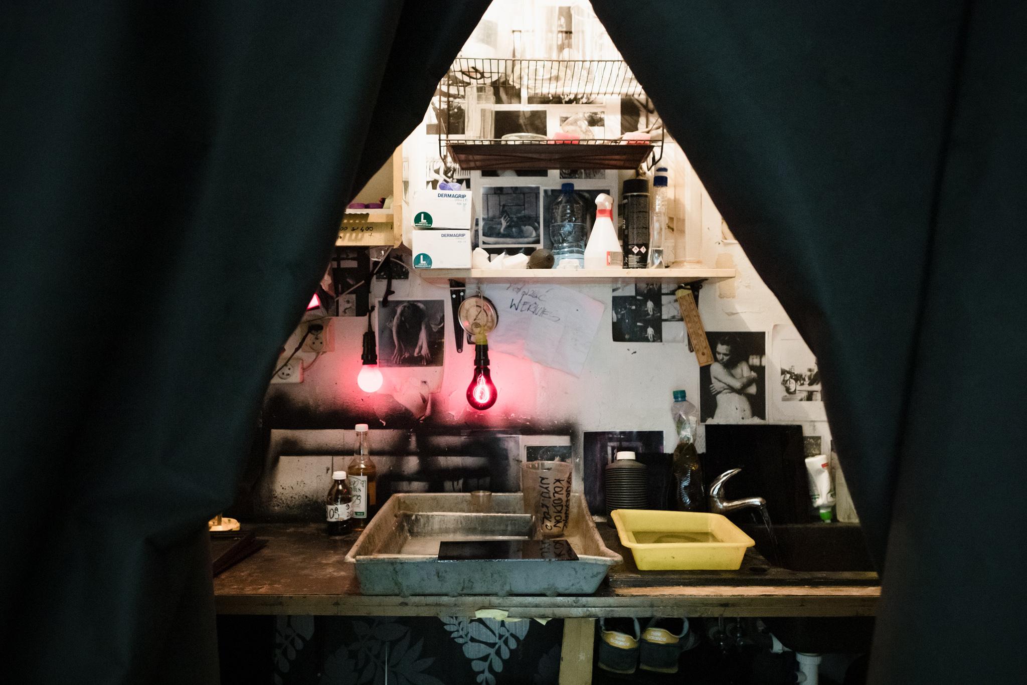 Odsłona magicznej ciemni, gdzie powstaje cały proces obróbki chemicznej.