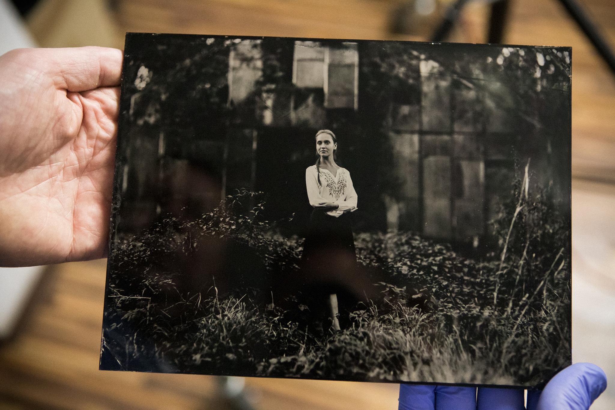 Płyta kolodionowa z portretem dziewczyny.