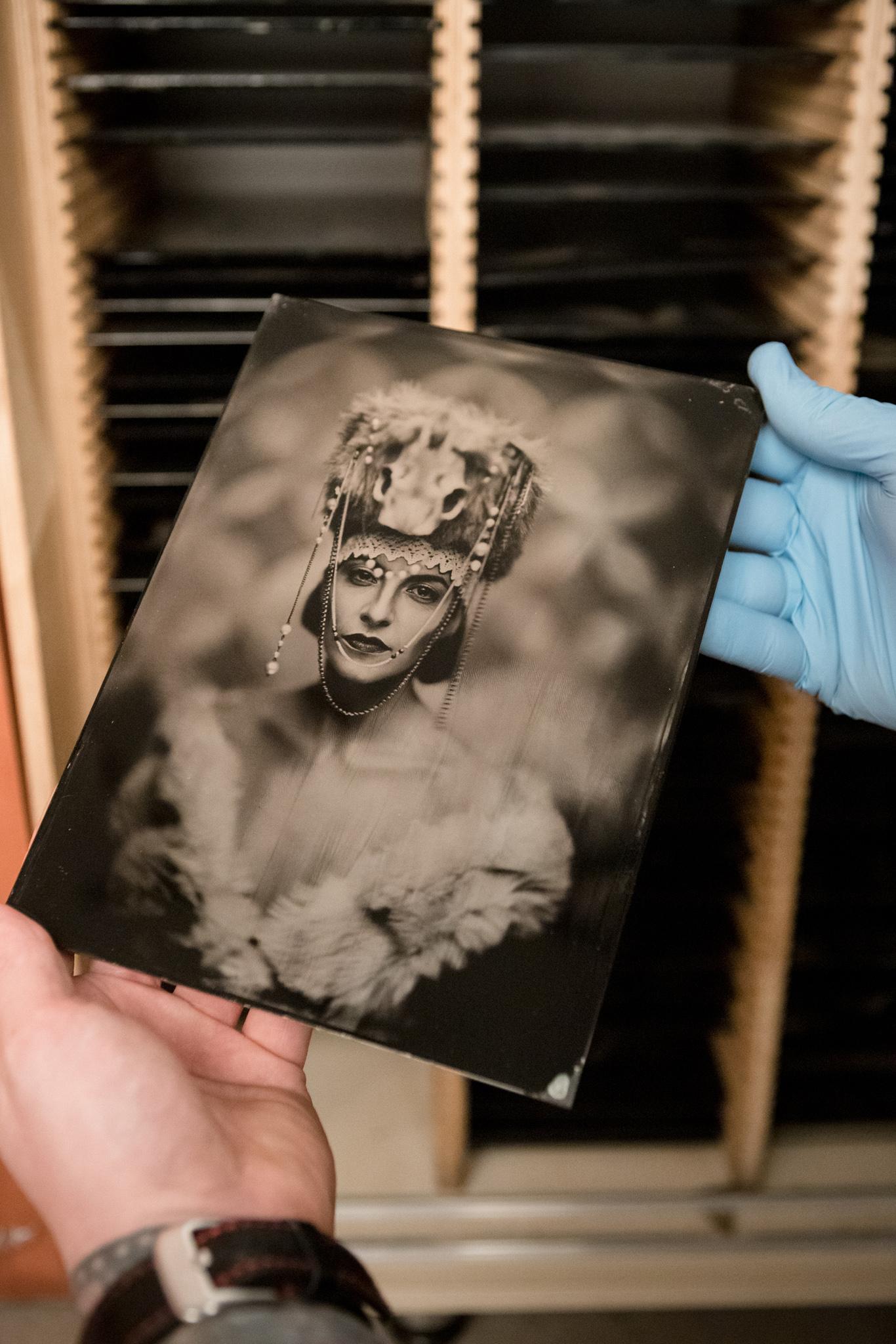 Stara fotografia w formie płyty kolodionowej , na niej piękna kobieta.